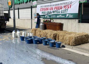 Mobilització dels ramaders a Vic per demanar un preu just per la llet
